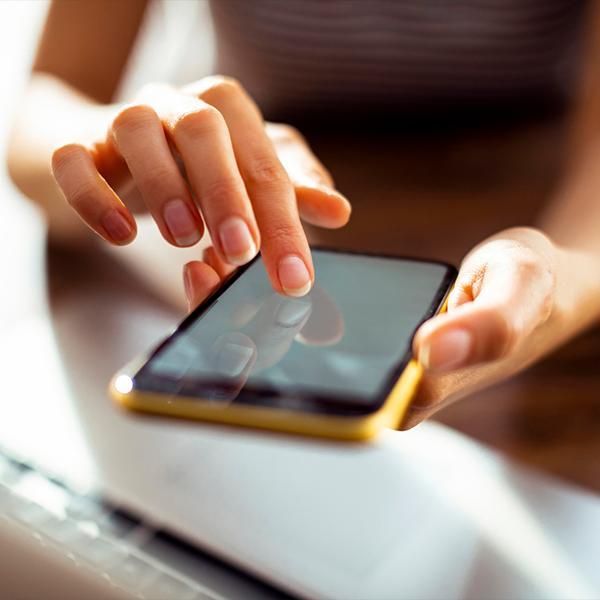 smartfon zdłonią